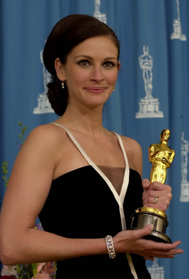 Julia Roberts riceve l'Oscar nel 2001 per Erin Brockovich