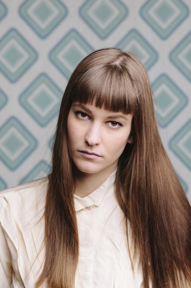 Frangetta e capelli perfettamente lisci per un'acconciatura semplice in perfetto stile Sixties
