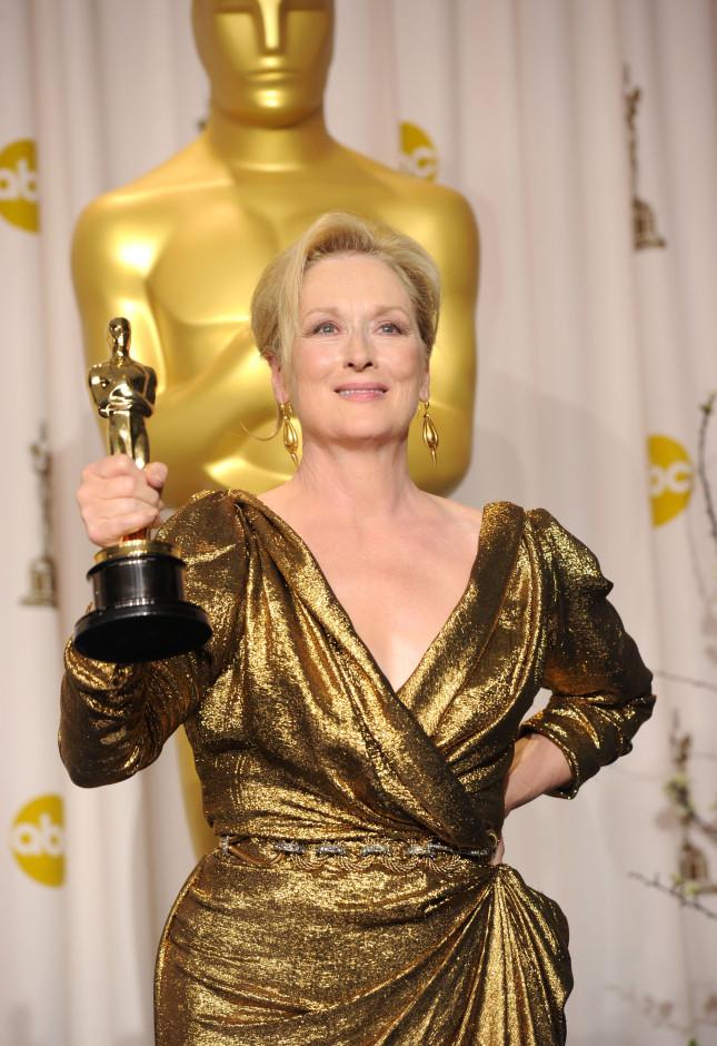 Maryl Streep nel 2011 con l'Oscar ricevuto come migliore attrice protagonista per The Iron Lady