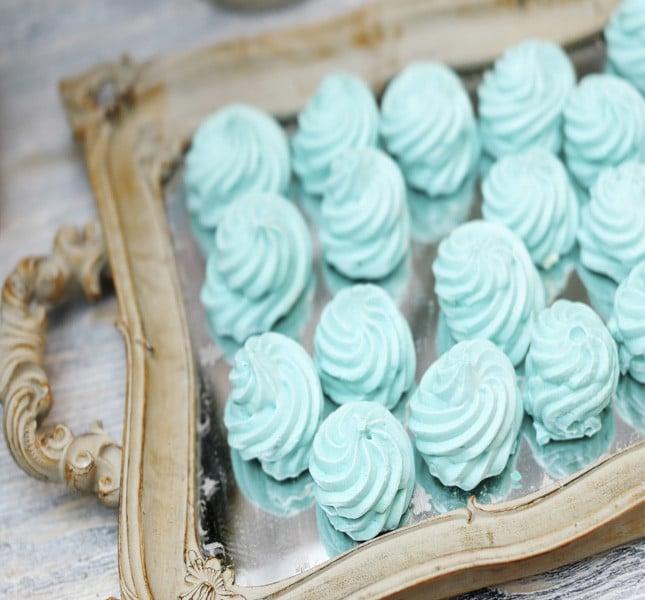 Un tocco verde menta per le nozze: dolci meringhe color pastello