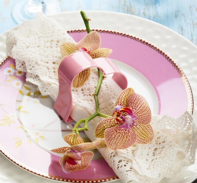 Un fiore per ogni invitato al proprio posto: ingentilisce e rende ancor più elegante la mise en place.