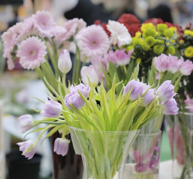 Vasi di diverse misure e bouqet di fiori misti