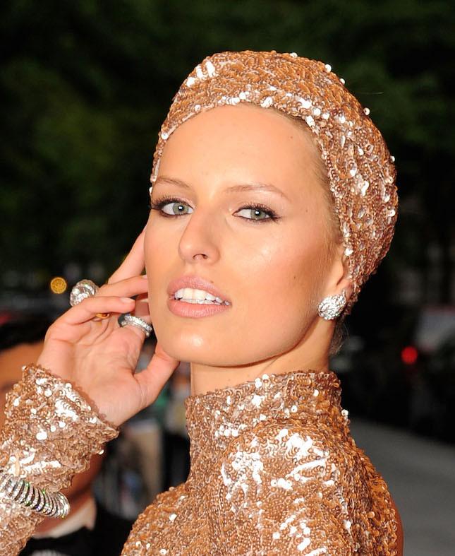 Un turbante prezioso indossato da Carolina Kurkova
