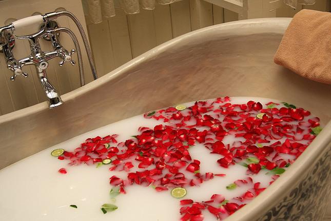 Bagno di petali di rosa e lime in SPA