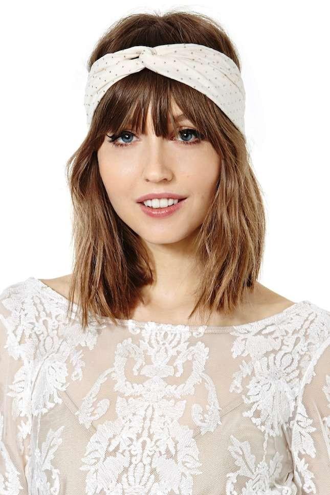 Turbante indossato come una fascia per uno stile fresco e giovane