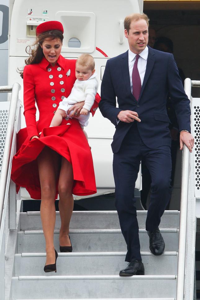 Il vento gioca uno scherzo alla Duchessa di Cambridge che però non perde la classe