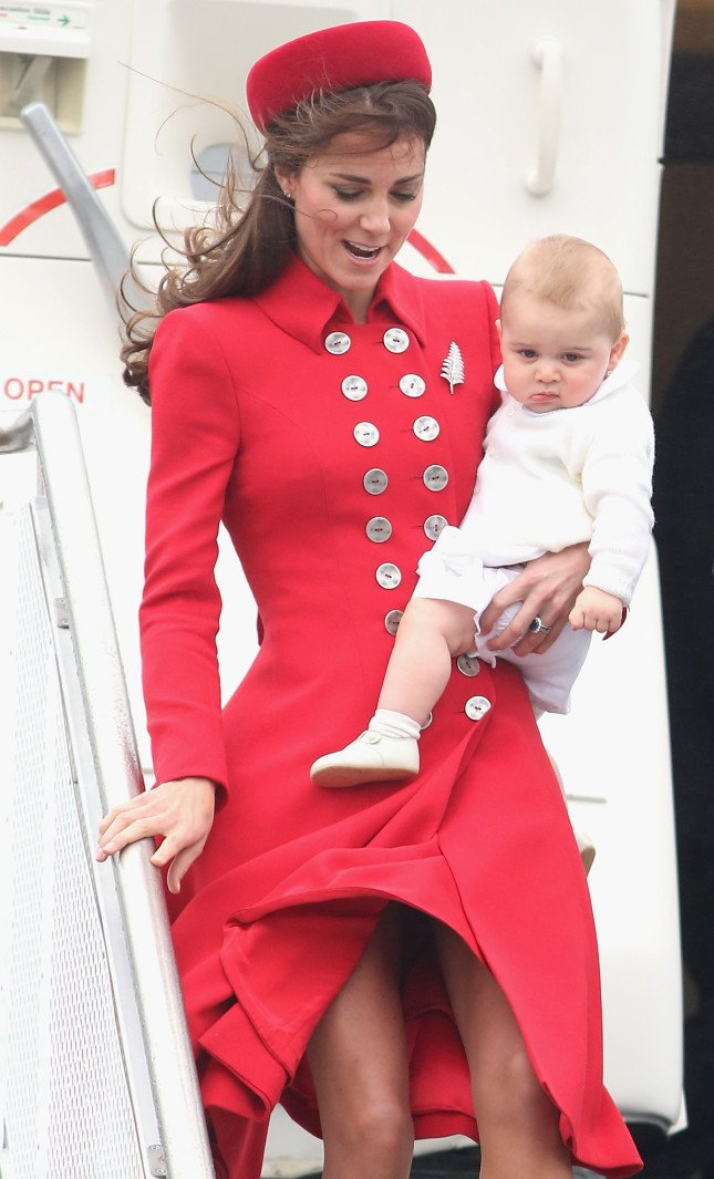 Kate, in splendida forma, è fasciata in un cappottino rosso doppio petto
