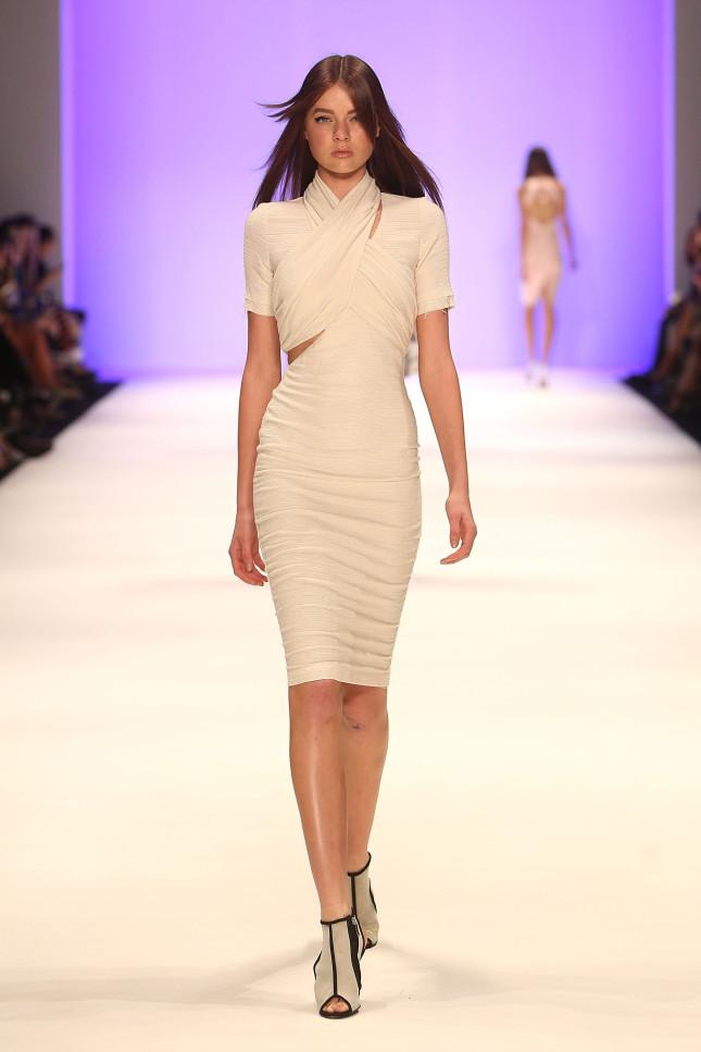 Total white per un look sofisticato e minimal. Dalla sfilata SS 2014 di Bec & Bridge