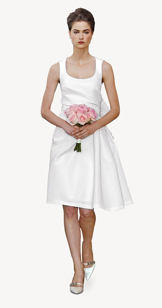 Modello Ally di Carolina Herrera, con collo quadrato, color avorio, in tessuto mikado di seta e fiocco al lato