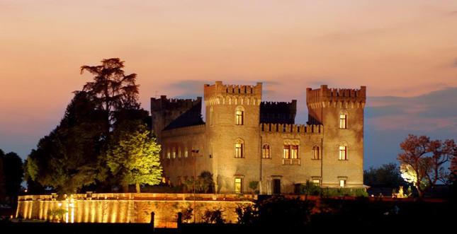 Vista del Castello Bevilacqua illuminato