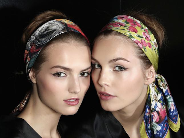 Turbante Dolce&Gabbana con stampa floreale indossato come una fascia con nodo dietro la nuca