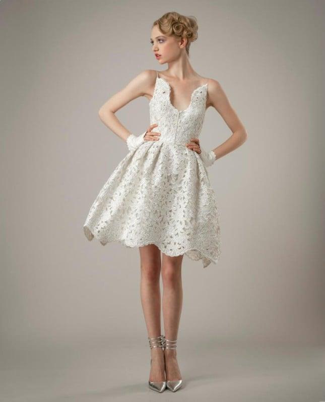 Il modello Ingrid di Elizabeth Fillmore presenta un abito in macramé lavorato con particolare scollo appuntito a goccia davanti a dietro, spalline a spaghetto e ampia gonna a ruota smerlata.