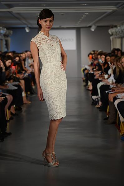 L'abito modello Ales di Ines di Santa presenta un bodycon dress con lunghezza al ginocchio e colletto alla coreana, avvolto in un prezioso pizzo guipure
