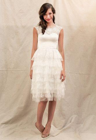 Vestito di Ivy & Aster, modello Helena. La gonna è in perfetto stile anni Venti, con più strati e ruche in un alternarsi di pizzo e tulle.
