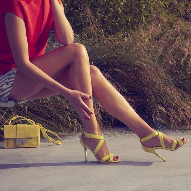Lottie: sandali in elaphe color limone e pochette