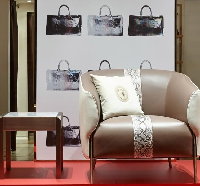 Un esempio di poltrona Ludovica in pelle e tessuto presentata nella boutique Trussardi a Milano durante il FuoriSalone