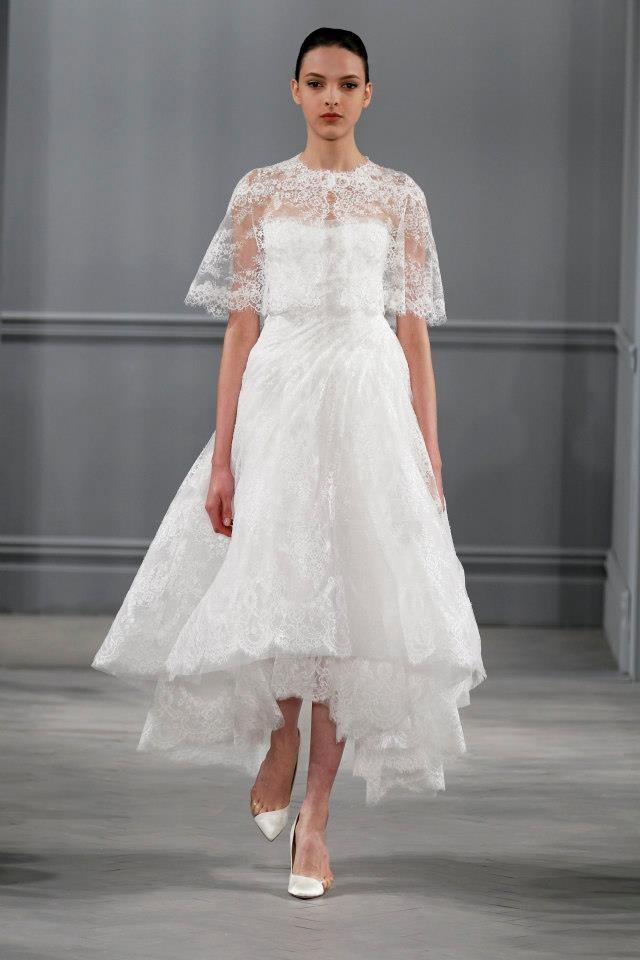 L'abito da sposa di Marchesa, con gonna a ruota alla caviglia, pizzo e bolerino in pizzo sopra.