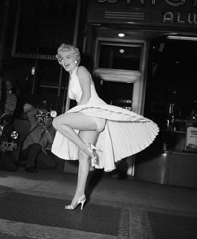 Marilyn Monroe nel film Quando la moglie è in vacanza con abito bianco realizzato dal costumista William Travilla