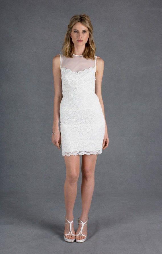 Il modello Harlow Cut the Cake dress di Nicole Miller presenta un vestito aderente in pizzo smerlato senza maniche e con pannello in rete trasparente sul collo