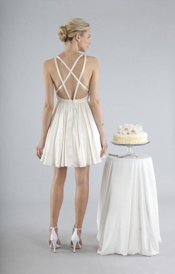 Retro dell'abito di Nicole Miller con giochi di intreccio, un tocco di modernità rispetto alla versione di Marilyn negli anni Cinquanta