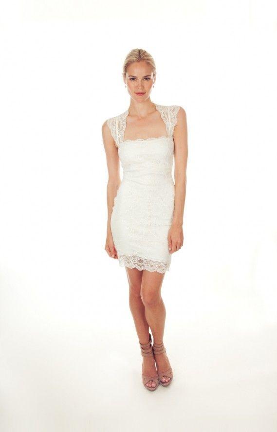 Nicole Miller presenta per la primavera 2014 il modello Jessica Cut The Cake dress, con pizzo smerlato su tutta la lunghezza del tubino e le spalle.