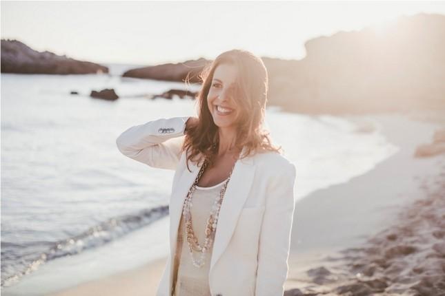 Sara Carboni, ideatrice di EmozionicoiFiocchi.com, davanti al bellissimo mare della Sardegna