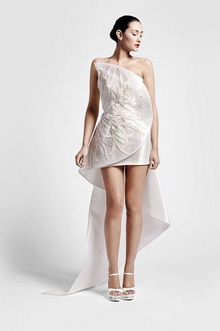 Vestito di Sarli Couture con ampio drappeggio sul davanti e coda dietro