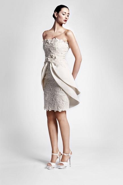 Vestito di Sarli Couture con pizzo macramè e doppio sovragonna a petalo nella parte posteriore