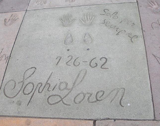 Sophia Loren impronte sul piazzale del Grauman's Chinese Theatre, Los Angeles / wikipedia