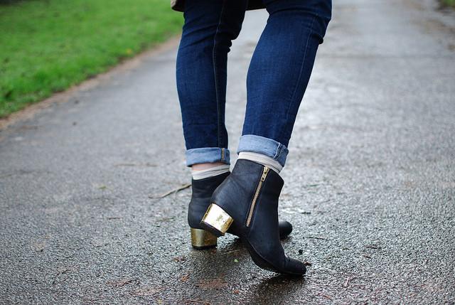 Tacco dorato e skinny jeans portati sopra la caviglia per un look casual e glamour