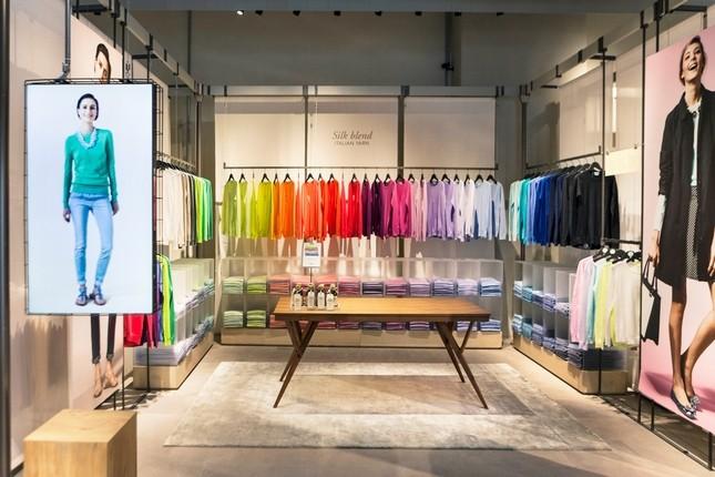 Arcobaleno di colori esposto tra i telai modulari dello store