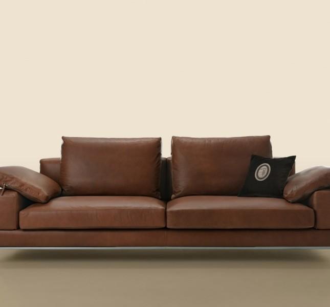 Il divano Moscova si  sviluppa su elementi squadrati, che insieme ai braccioli e agli schienali disegnano altezze variabili in un gioco di volumi di grande fascino