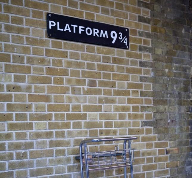 Londra è ricca di luoghi che ricordano i libri e i film su Harry Potter. Qui siamo al binario di King Cross Station, da dove si partiva per la scuola di Hogwarts