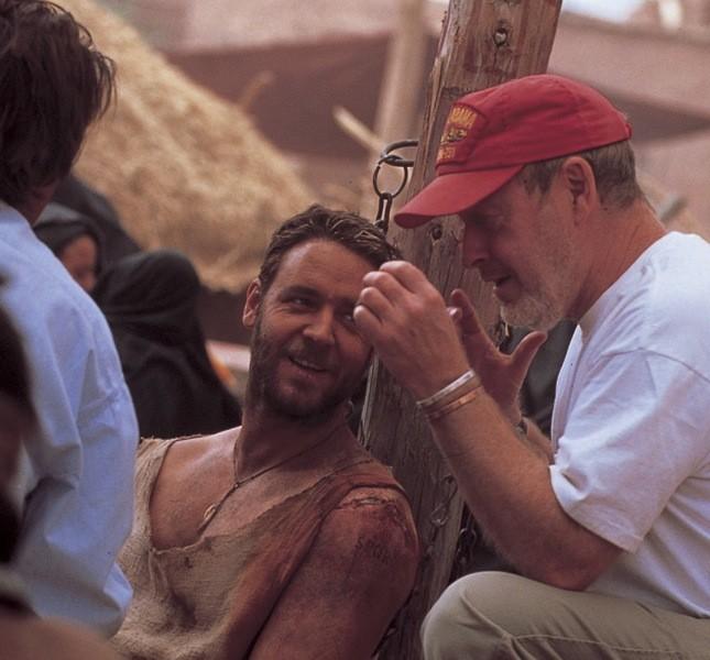 Il regista Ridley Scott con Crowe sul set de Il Gladiatore. I due hanno lavorato spesso insieme
