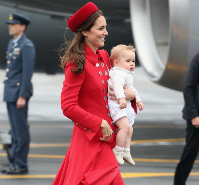 Il Principe George in braccio a Kate Middleton