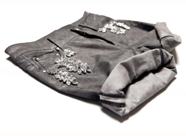 Shorts in denim con applicazioni di cristalli