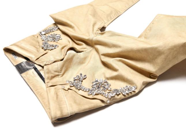 Jeans con applicazioni di cristalli