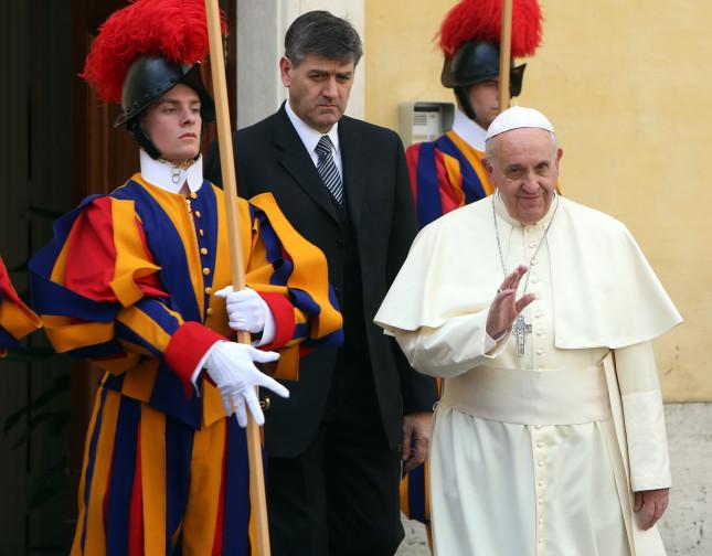 Il Papa accoglie la regina in Vaticano