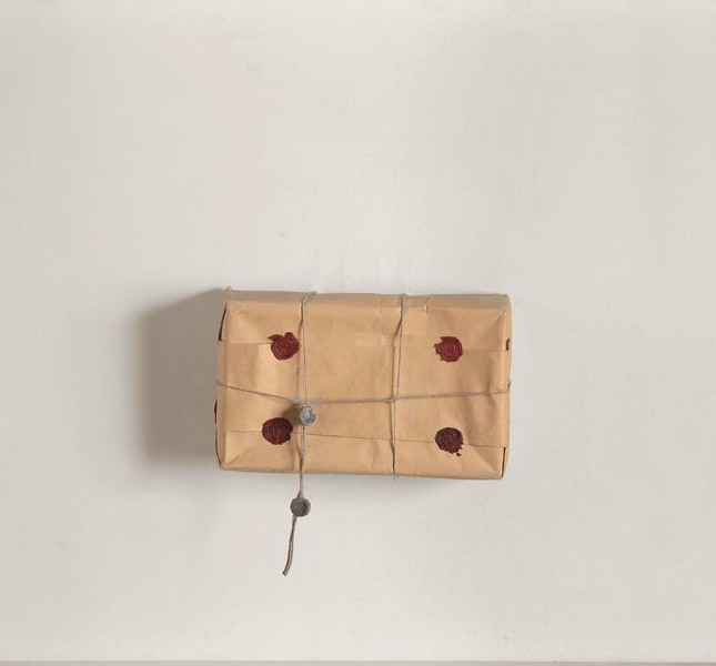 Piero Manzoni -  Achrome, 1962 circa - pacco in carta da imballo, 60x80 cm, Fondazione Piero Manzoni, Milano, Foto Bruno Bani, Milano