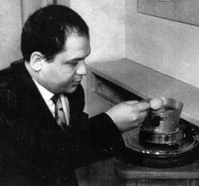 Piero Manzoni durante le riprese del cortometraggio Uova presso lo studio del filmgiornale S.E.D.I., Milano 1960 - Fotografie di Giuseppe Bellone (filmato di Gianpaolo Macentelli)