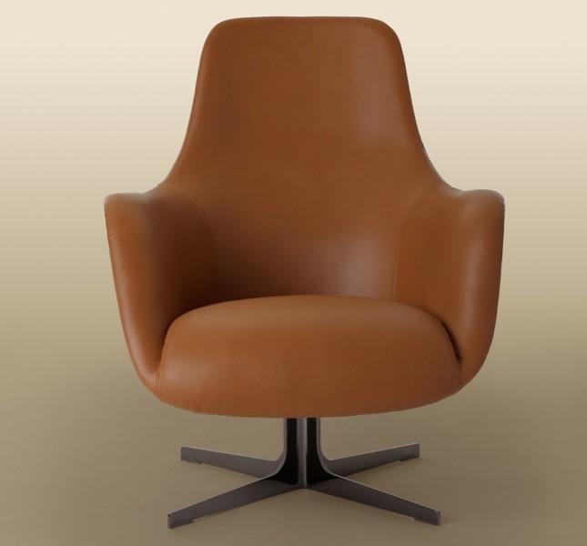 La poltrona Cipcip è proposta in due varianti a seconda del basamento metallico. Resta immutato l'invito alla seduta e al relax