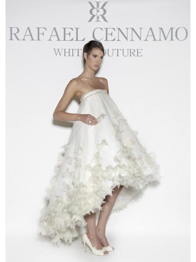 Abito di Rafael Cennamo, a ruota stile impero, con gonna asimmetrica più corta sul davanti e impreziosita da petali in tulle