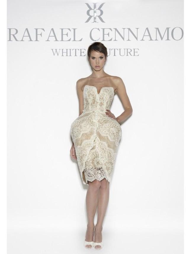 Il modello Julianna di Rafael Cennamo è un abito di tulle con ricami a merletti e un sopraggonna rigido che crea l'illusione di una figura a clessidra o a tulipano