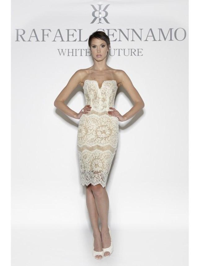 Il modello Julia di Rafael Cennamo presenta un tubino senza spalline con decollete a cuore sagomato, e finitura in pizzo smerlato in fondo