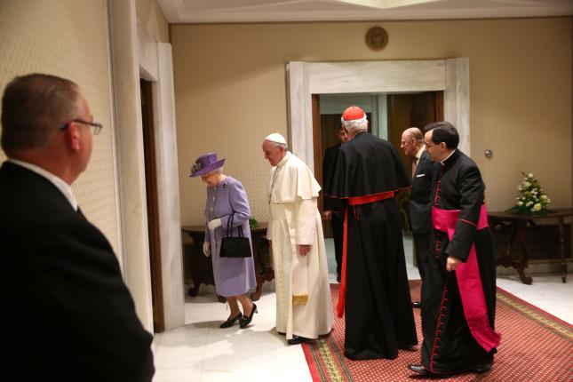 La regina viene ricevuta dal Papa