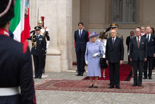 La regina viene ricevuta dal presidente Giorgio Napolitano