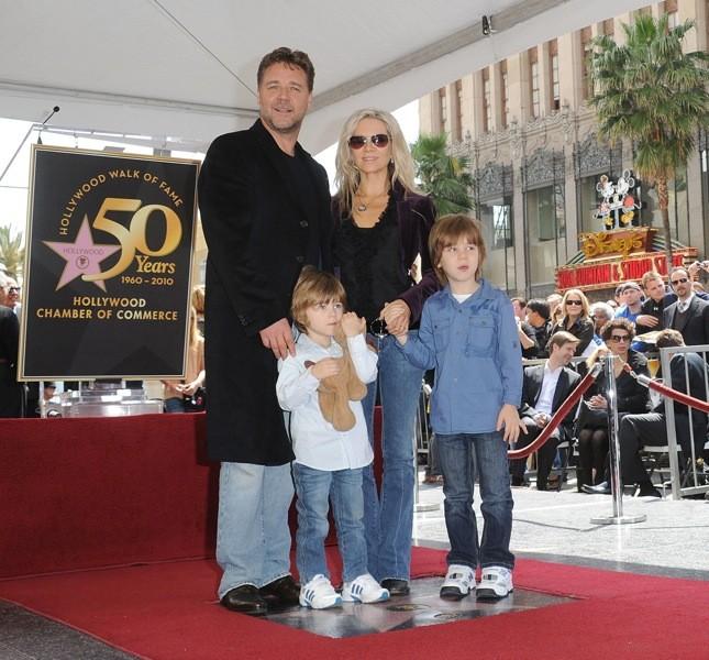 La famiglia Crowe al completo per l'inaugurazione della stella con il nome del papà Russell nella Walk of Fame di Los Angeles