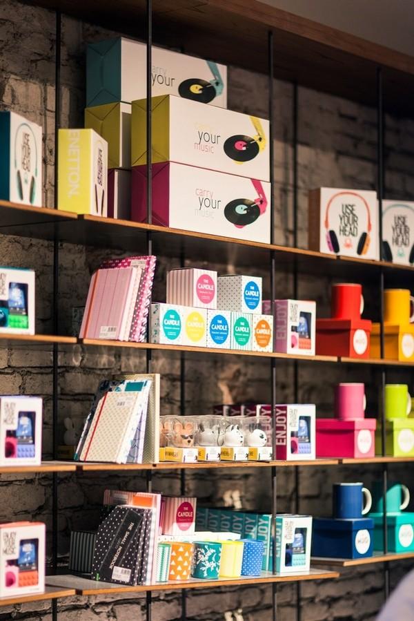 Non solo abiti, ma anche mug, orologi, cuffie, telefoni vintage e altri oggetti dal design raffinato