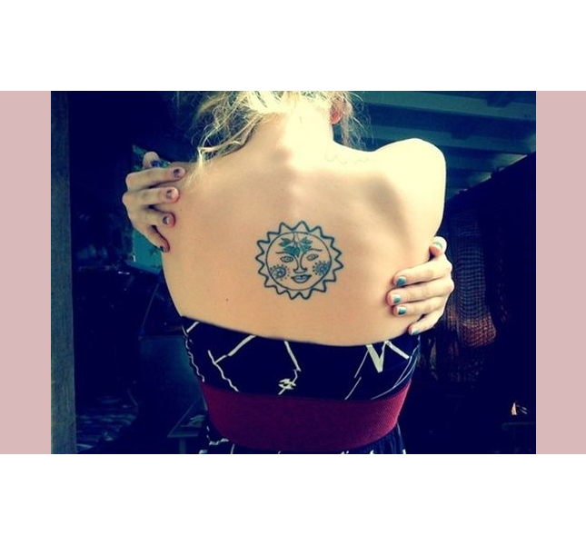 Tattoo femminili: sole stilizzato sulla schiena