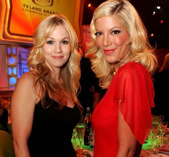 Un foto di Tori Spelling con Jennie Garth, sua collega nella serie Beverly Hills